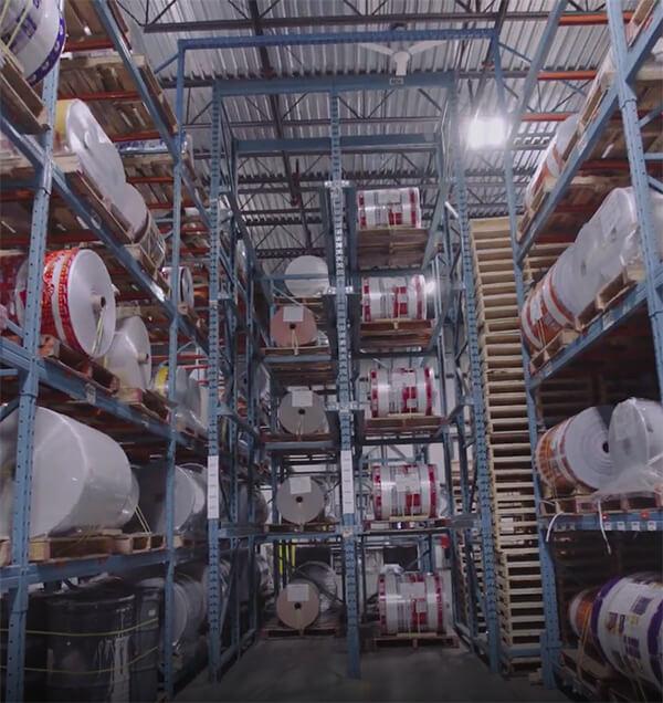 Rouleaux dans l'entrepôt_sur des étagères_usine
