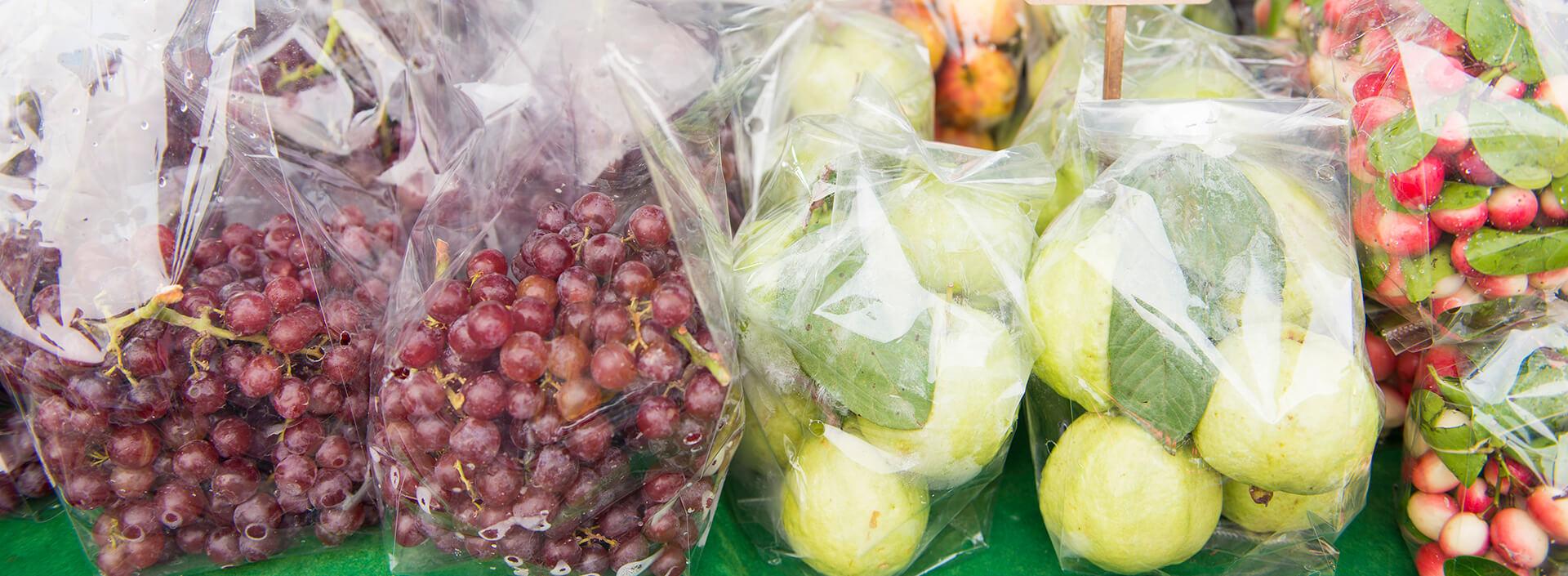 Raisins rouges et poires dans des sacs